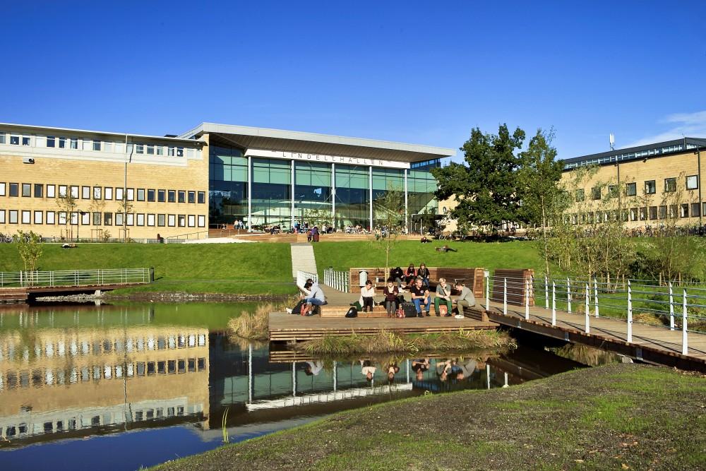 Universitetsdammen med Samhällsvetarhuset och Lindellhallen i bakgrunden.
